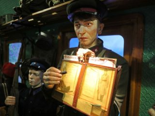 «Поезд Победы» простоит в Красноярске по 18 августа.  Посещение выставки бесплатное. Но поскольку количество людей, которые могут одновременно находиться в музейном пространстве, ограничено, необходимо было предварительно забронировать электронный билет на сайте поездпобеды.рф с указанием даты и времени посещения
