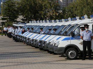 В Красноярске перед краевой филармонией состоялся торжественный развод полицейских нарядов и сотрудников Управления Росгвардии, заступающих на охрану общественного порядка