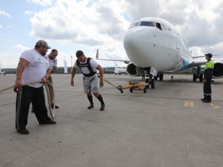 3 августа на перроне аэропорта Красноярск силач в специальной упряжке протащил пассажирский Boeing 737-800 весом 65 тонн 188 кг на 17 метров 6 см за 45 секунд, установив новый рекорд России по трек-пулу