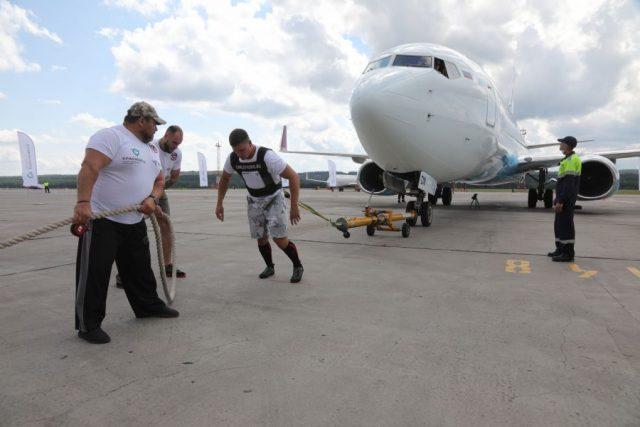 Красноярский силач отбуксировал Boeing 737-800. 3 августа