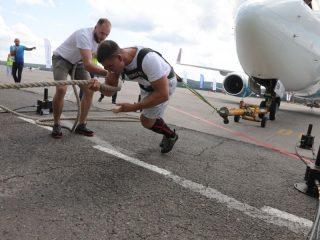 Отметим, что подобный рекорд был поставлен 9 июня 2021 года в Сургуте. Но тогда спортсмен сдвинул 40-тонный Boeing 737-500 на 15 метров за 39 секунд