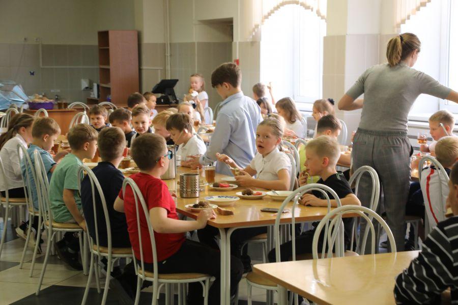 Со 2 августа начинаются выплаты на школьников по 10 тысяч рублей
