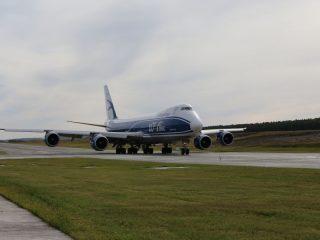 Сегодня по новой полосе впервые проехал самолет – Boeing 747-400. Он дал символический старт работе нового дорожного объекта в аэропорту
