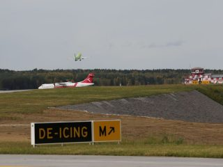 Дорожка расположена параллельно взлетно-посадочной полосе и обеспечивает руление воздушных судов от одного конца полосы к стоянкам, не создавая помеху другим самолетам при взлете и посадке
