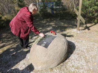 Оборудовав мемориал на историческом месте памятный камень не стали убирать. К нему также возлагают цветы