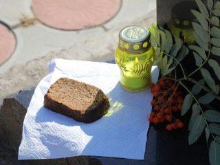 Кусочек обычного черного хлеба – самый дорогой подарок для блокадника