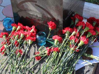 Памятник блокадникам на аллее Славы в поселке Березовка буквально засыпали цветами