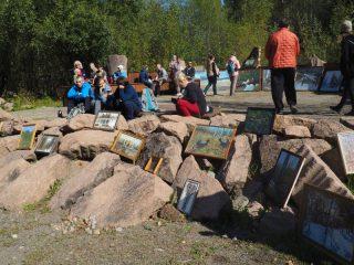 Посетителей также ожидала художественная выставка, посвященная дню рождения любимых «Столбов»