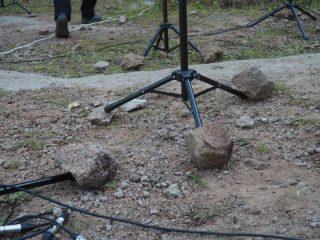 При подготовке к выступлению артисты столкнулись с непредвиденными трудностями: ветер валил пюпитры на землю «пачками». Пришлось собирать камни покрупнее, и укреплять основание подставок для нот