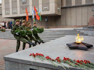 Памятную гирлянду к Вечному огню на Мемориале Победы Красноярска возлагают победители военно-спортивных игр 2020 года
