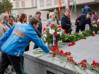 Организаторы игры, а также родители ее участников также принесли цветы к Вечному огню