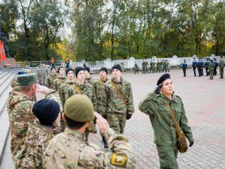 В этом году во всех этапах состязаний «Служу Отечеству» приняли участие около тысячи молодых людей. В финал городской игры вышли 14 команд из семи районов Красноярска, прошедшие отборочный тур