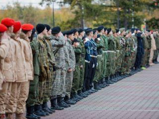 30 сентября на плацу Мемориала Победы в Красноярске около Вечного огня выстроились команды ребят в форме защитного цвета