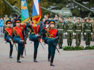 Знаменная группа вносит флаг России, звучит гимн
