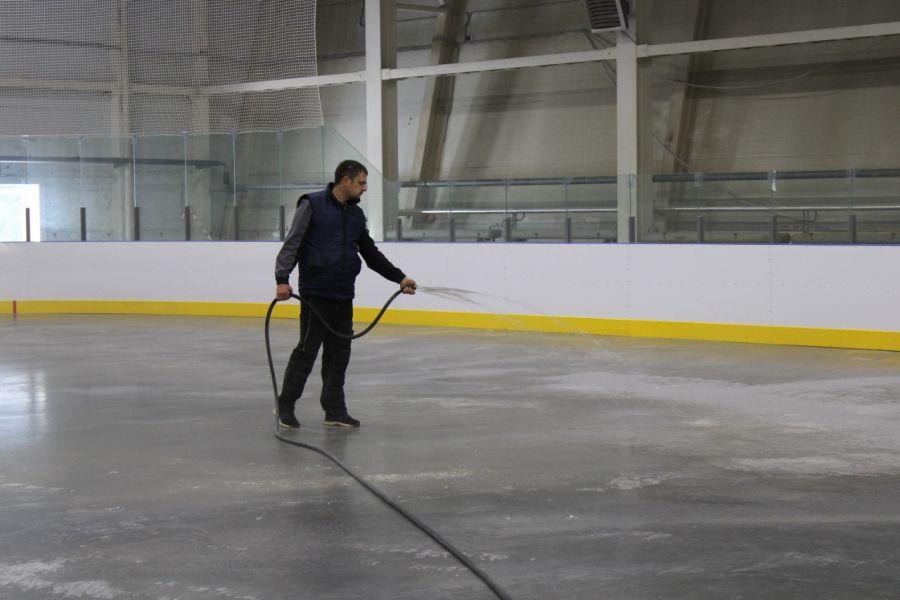 В Канске уже заливают лед