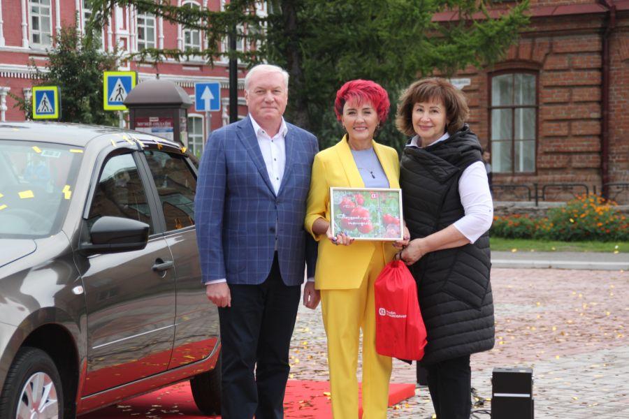 Минусинский помидор Натальи Щербининой (в центре) оказался самым большим в России