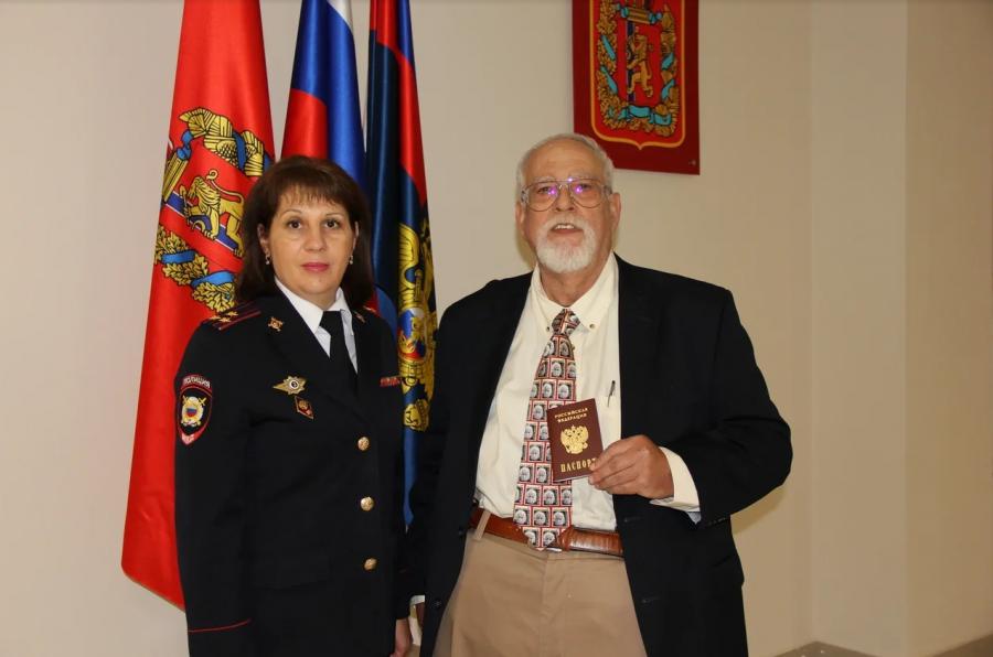 Уроженец США стал гражданином России в Красноярске
