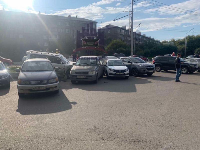 В Красноярске на улице Тотмина внедорожник протаранил 4 стоящих на парковке автомобиля
