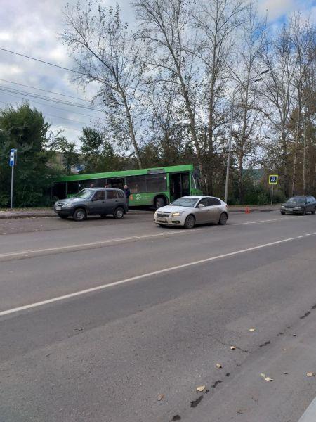 В Красноярске автобус с тремя пассажирами съехал в кювет