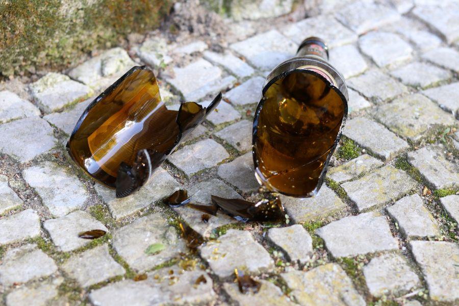 Мужчина в Красноярске зарезал знакомого разбитой бутылкой прямо на улице