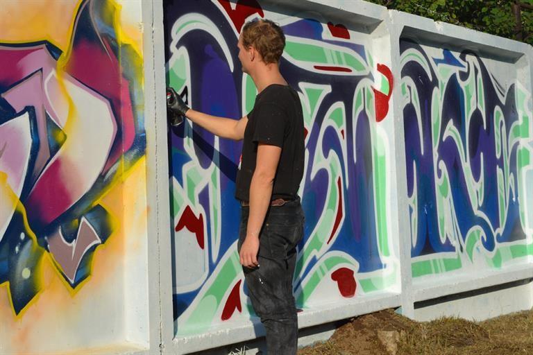 На фестиваль «Граффити-джем» в Красноярске раскрасили бетонную стену