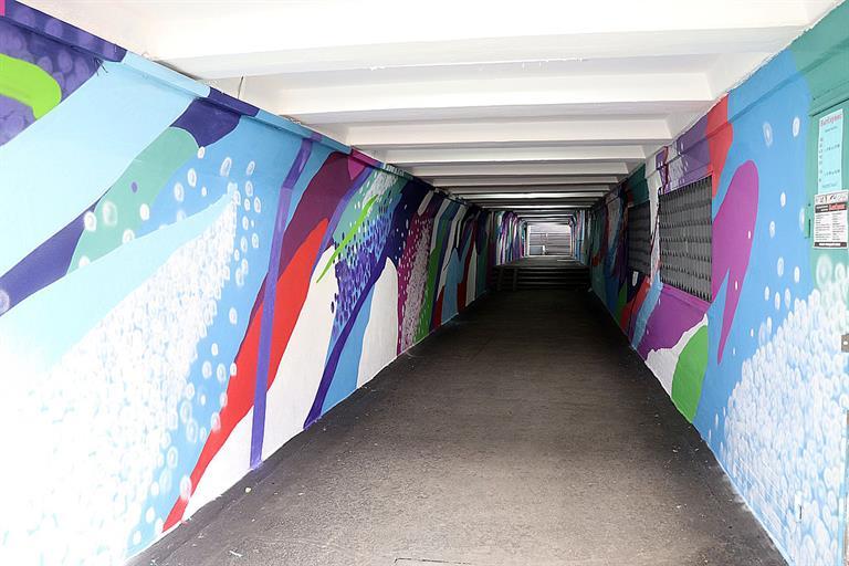 Рисунок на стенах перехода производит впечатление объемного. Фото admkrsk.ru
