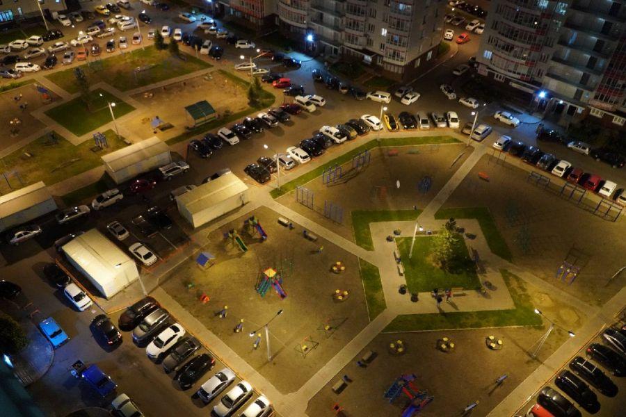 Во дворах красноярского микрорайона Белые Росы включили освещение