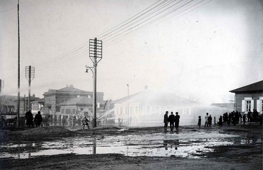 На этой исторической фотографии пожарные празднуют запуск первого в Красноярске водопровода
