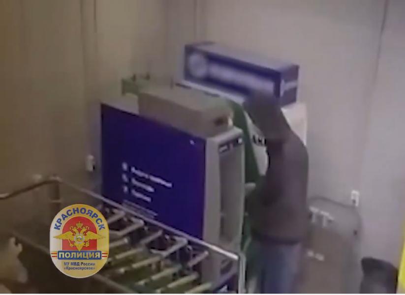 Красноярец нашел кошелек с карточками, снял ₽60 тысяч и был задержан