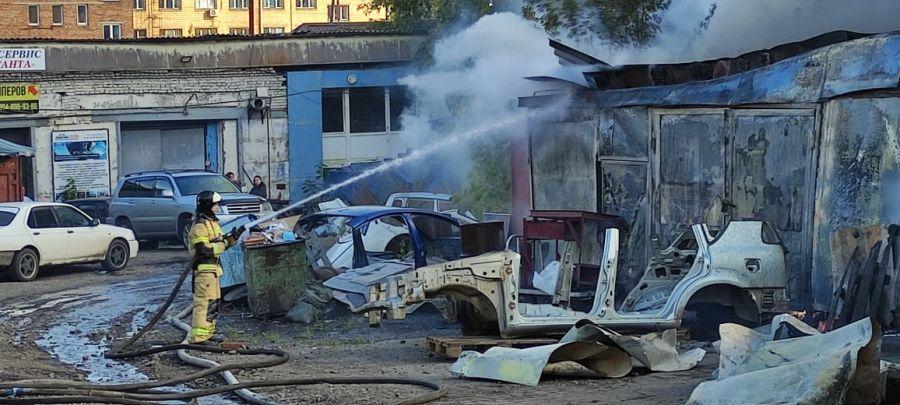 В Красноярске горит авторазборка между улицами Калинина и Маерчака