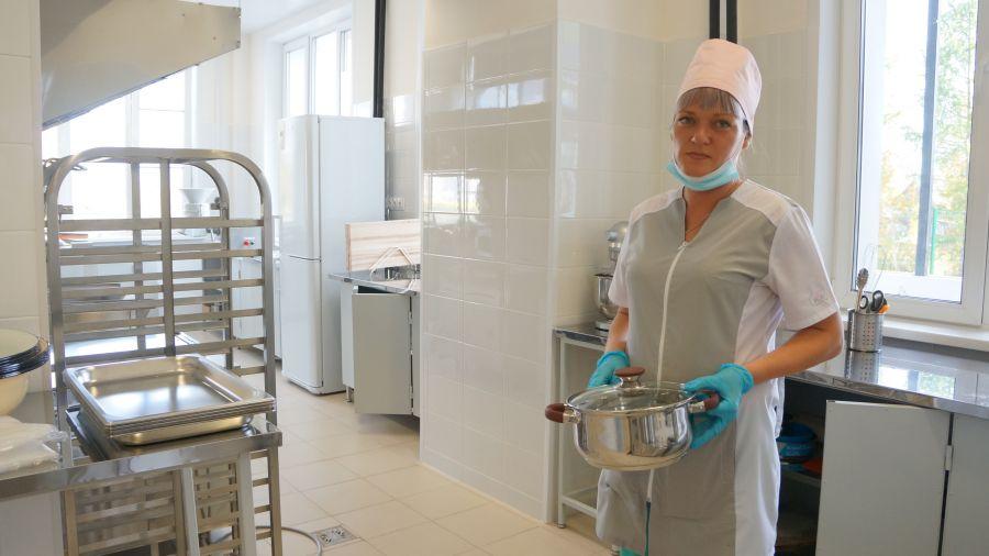 Екатерина Аманова, шеф-повар: А на обед у нас сегодня салат из моркови и чернослива, борщ со сметаной, рыбные котлетки, компот