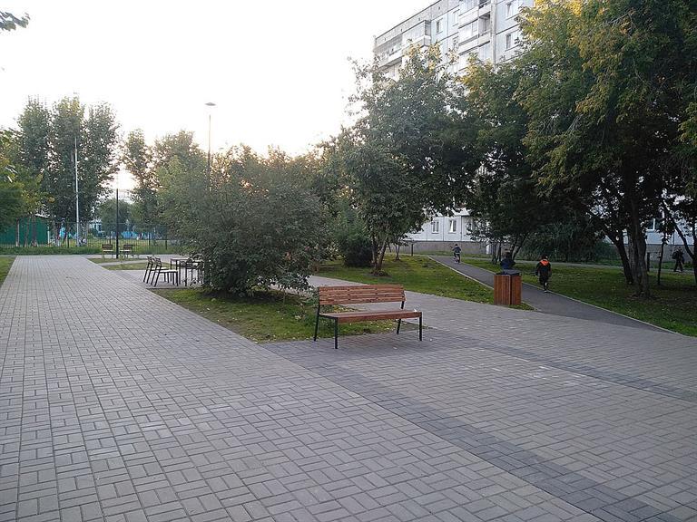На Судостроительной в Красноярске благоустроили сквер рядом со школой и детсадом