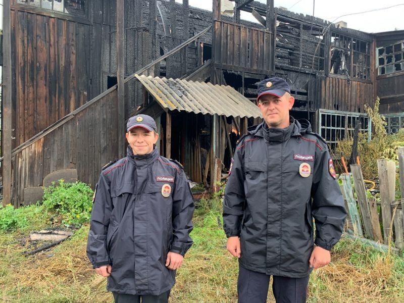 В Минусинске полицейские спасли из горящего дома 85-летнюю бабушку и ее сына