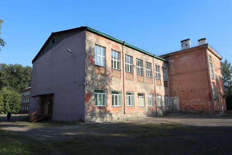 Экспертиза показала, что у старого здания школы сильно изношены стены, перекрытия, фундамент и отмостка, канализация. Фото admkrsk.ru