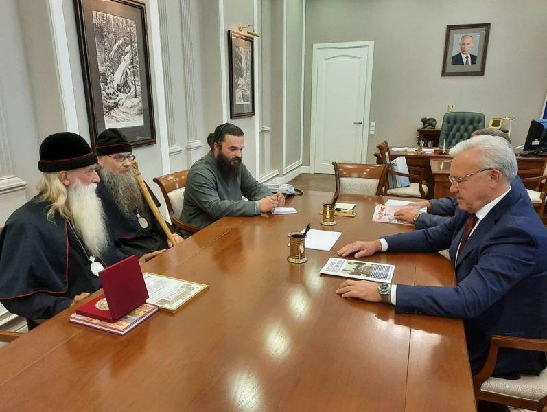 Митрополит Корнилий на встрече с губернатором попросил передать старообрядческом храму на хранение несколько исторических икон. Фото instagram.com/uss_av