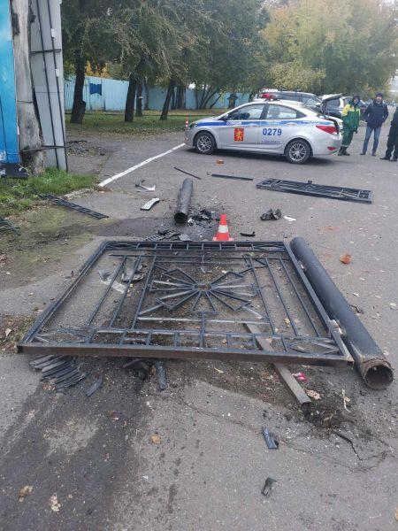 В Красноярске нашли сломавшего ворота Центрального парка водителя «Мерседеса»